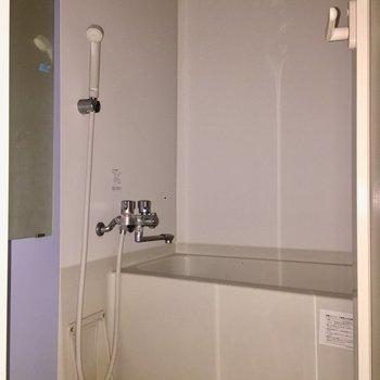 ラベンダーカラーのアクセントクロスが素敵です。※写真は4階の同間取り別部屋の通電・清掃前のものです