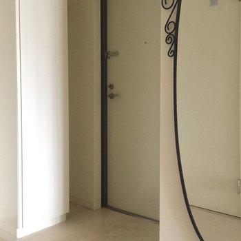 玄関前にはアンティーク風の鏡が。※写真は4階の同間取り別部屋の通電・清掃前のものです