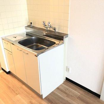コンロは備え付きではありませんが、冷蔵庫スペースがありました。