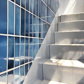 レトロな雰囲気のタイルが素敵でした。階段も薄っすら青なんですよ!