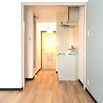 居室スペースからキッチン方面をみてみるとこんな具合。
