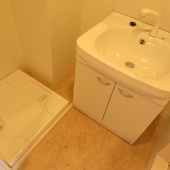 洗面脱衣所完備です※写真は同間取り別部屋のものです。
