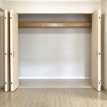 クローゼットは壁一面。中に引き出しやカラボを入れて、上手に区間整備しましょ!