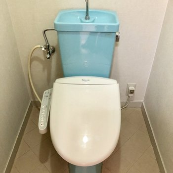 トイレは白×水色のカラーリング!レトロかわゆ。