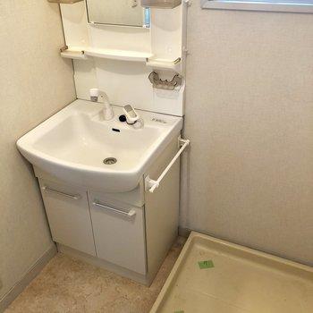 窓があって明るい脱衣所。洗面台と洗濯パンもここ!