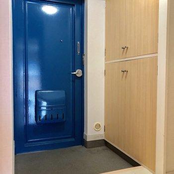 玄関広い!ドアの色も印象的ね。