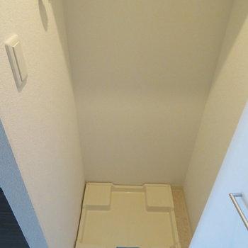 玄関横に洗濯機置き場が
