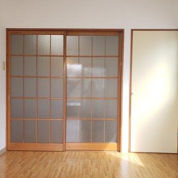 【洋室②】二面採光のお部屋です。