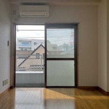 【洋室①】ベッドは窓側に置こうかな。