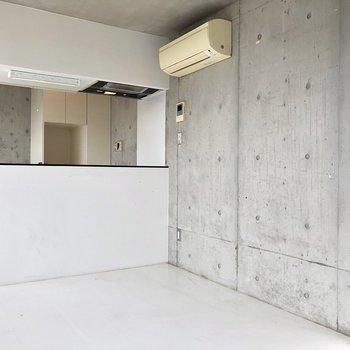 【LDK】コンクリートと白の組み合わせがいいですね。※写真は前回募集時、クリーニング前のものです。