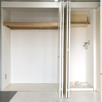 玄関横に収納があります。洋服をかけて収納できますね。洗濯機置き場も扉で隠せて◎※写真は前回募集時、クリーニング前のものです。