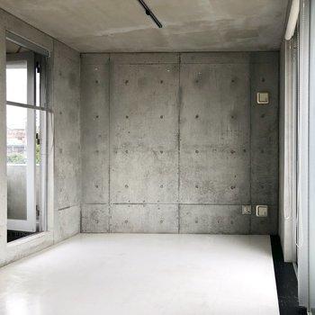 【LDK】お部屋の壁は少し斜めです。※写真は前回募集時、クリーニング前のものです。