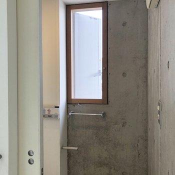 トイレにも窓が付いてます。※写真は前回募集時、クリーニング前のものです。