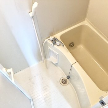 お風呂場はシンプルです。※写真は前回募集時、クリーニング前のものです。