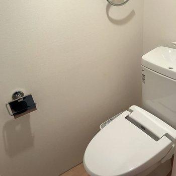 玄関から第2の扉はトイレ。 ※写真は2階の同じ間取りの部屋となります。