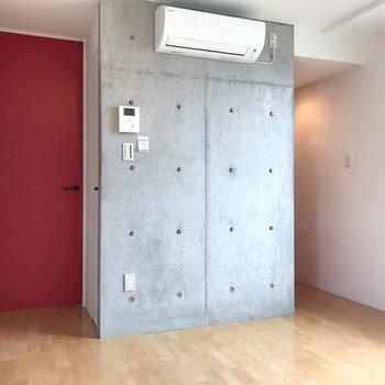 【ダイニング】赤とコンクリのコントラスト。※写真は2階の同じ間取りの部屋となります。