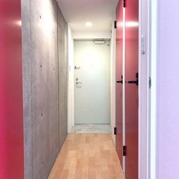 玄関への道。 ※写真は2階の同じ間取りの部屋となります。