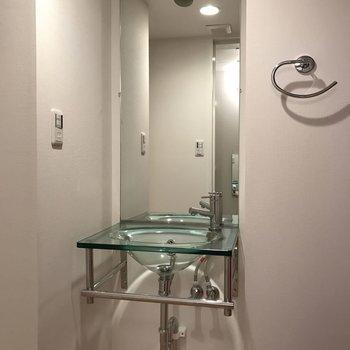 玄関から第1の扉は水回り ※写真は2階の同じ間取りの部屋となります。
