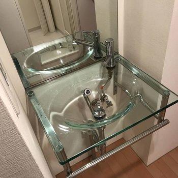 このきれいな洗面台を見て下さい! ※写真は2階の同じ間取りの部屋となります。