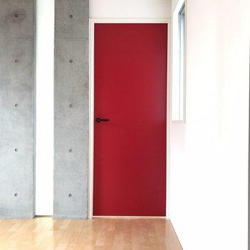 【ダイニング】誘う赤い扉。。。  ※写真は2階の同じ間取りの部屋となります。