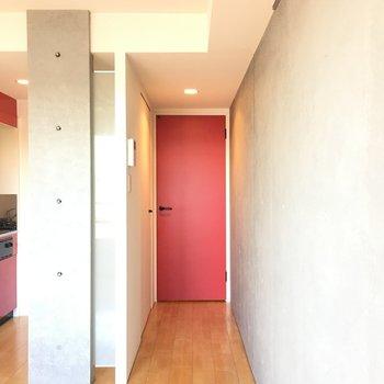 赤い玄関扉。※写真は4階の同間取り別部屋です。