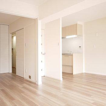 洋室の間仕切りを開けるとさらに大空間