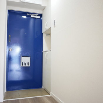玄関扉が鮮やかなブルー