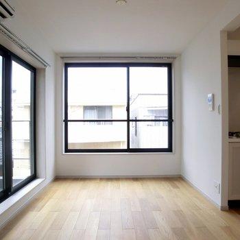 こんなに大きな窓で二面採光!!※写真は4階の同間取り別部屋のものです。