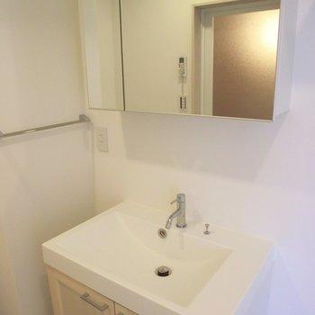 ワイドな洗面台が素敵!!※写真は4階の同間取り別部屋のものです。