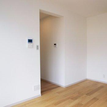 奥の扉は水廻り。※写真は4階の同間取り別部屋のものです。