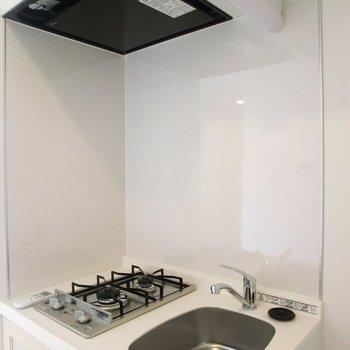 キッチンは小さい…。でも、半個室になっているのでモノはいろいろ置けます。※写真は4階の同間取り別部屋のものです。