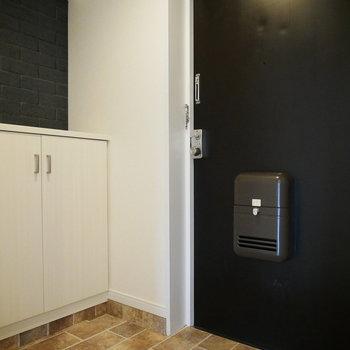 ブラックの扉とレンガ柄ってすごく合う