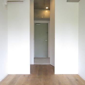 玄関までは突っ切っていけます!(※写真はクリーニング前のもの)