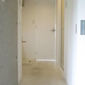 寝室とリビングの間の水回り!鍵もついてます!(※写真はクリーニング前のもの)