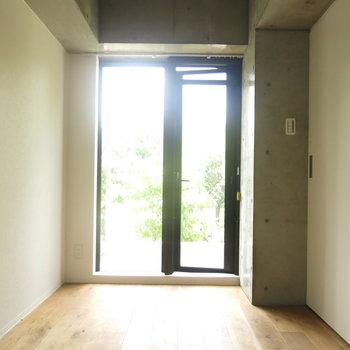 寝室も大きな窓がついて明るい!(※写真はクリーニング前のもの)