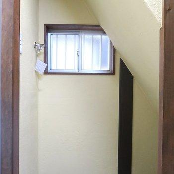 洗濯機は1階階段下に