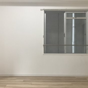 こちらの窓からはお隣さん