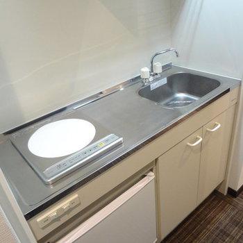 キッチンはIH一口コンロ。(※写真は13階の同間取り別部屋のものです)