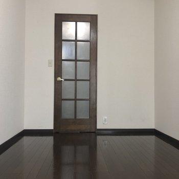 仕切りの扉は古めかしい
