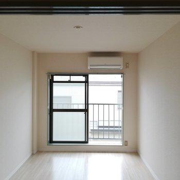 明るい光が差し込みます※写真は2階の同間取り別部屋のものです