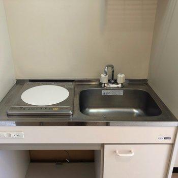 コンパクトなキッチンです。※写真は1階の同間取り別部屋のものです