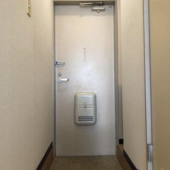 シンプルな玄関。※写真は1階の同間取り別部屋のものです