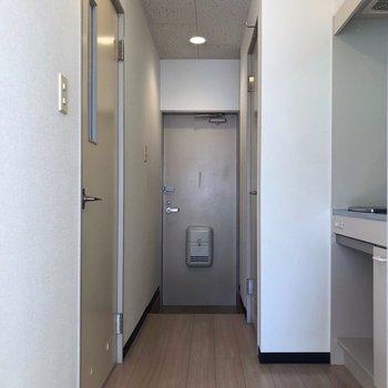 玄関の方を見てみると…※写真は1階の同間取り別部屋のものです