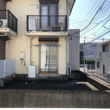 眺望はお隣の建物が見えますよ。※写真は1階の同間取り別部屋のものです