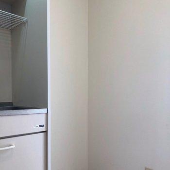 すぐ横に冷蔵庫置けますよ。※写真は1階の同間取り別部屋のものです