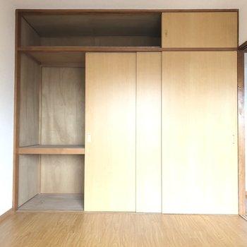 【洋室①】こちらはスリムな収納。脚立を使えば上にも収納できますね◎