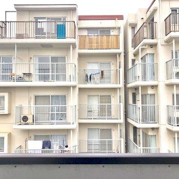 【洋室4.6帖】目の前にはマンションがあります。コンパクトなバルコニー。