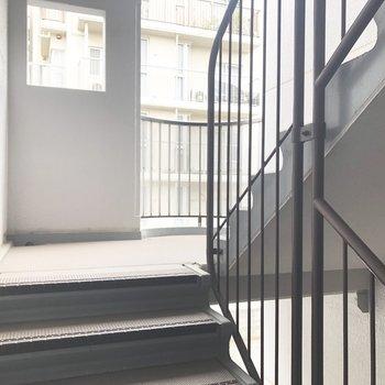 お部屋まではこの階段を登ります。