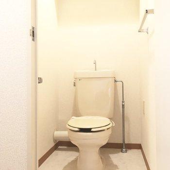 トイレも白く清潔感のあるつくり。