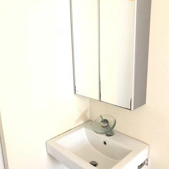 洗面台はコンパクトサイズ。